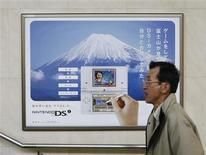 <p>Una persona camina frente de un afiche promocional para la nueva consola Nintendo DSi en Kioto 8 dic 2008. Nintendo Co Ltd no ha sentido un impacto particular por la desaceleración económica mundial, ya que sus ventas de la consola de videojuegos Wii y de su equipo portátil DS se han mantenido fuertes, dijo el lunes el presidente de la empresa japonesa. Satoru Iwata aseguró en una entrevista a Reuters que las ventas de Wii durante el fin de semana largo del feriado de Acción de Gracias rondaron las 800.000 unidades en Estados Unidos, más del doble que las 350.000 consolas vendidas en el mismo período del año anterior. REUTERS/Issei Kato</p>