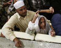 <p>Muslim pilgrims cast stones at pillars symbolising Satan in Mena December 10, 2008. REUTERS/Ahmed Jadallah</p>