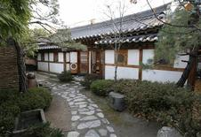<p>The entrance of Rakkojae, an upmarket guesthouse in Seoul's historic Bukchon district is pictured December 11, 2008. REUTERS/Lee Jae-Won</p>