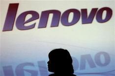 <p>Foto de de archivo del logo de Lenovo durante una conferencia de prensa en Hong Kong, 9 nov 2006. Lenovo, el cuarto mayor fabricante mundial de computadoras, confirmó el jueves que está en conversaciones para una posible adquisición o inversión, que según analistas es clave para que la firma pueda cumplir sus objetivos de expansión. REUTERS/Paul Yeung (CHINA)</p>