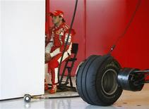 <p>O piloto brasileiro Felipe Massa, da Ferrari, descansa durante sessão de testes da equipe em Jerez. Massa acredita que a Honda será a única equipe a deixar a Fórmula 1 na próxima temporada. 11 de dezembro.REUTERS/Marcelo del Pozo (SPAIN)</p>