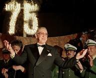 <p>Foto de archivo del actorHorst Tappert, reconocido por su papel como el inspector Derrick, recibiendo un aplauso en Munich, Alemania, 29 mayo 1998. Tappert, conocido como el inspector Derrick en la serie televisiva de detective que fue transmitida en 108 países, murió en Munich a los 85 años de edad, dijo el lunes su esposa. REUTERS/Michael Kappeler/File</p>