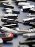 <p>Selon une enquête Reuters, les ventes mondiales de téléphones mobiles vont se contracter l'année prochaine à un rythme jamais connu auparavant, plombées par la baisse des dépenses des consommateurs. /Photo d'archives/REUTERS/Albert Gea</p>