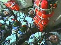 <p>Китайские космонавты на борту космического корабля Шэньчжоу после его старта с космодрома Цзюцюань в провинции Ганьсу 25 сентября 2008 года. Китай объявил о создании Азиатско-тихоокеанской организации по сотрудничеству в космосе (APSCO), цель которой - повысить уровень совместных космических исследований и технологий, сообщило официальное агентство новостей Синьхуа. REUTERS/CCTV via Reuters TV</p>