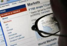 <p>A graph showing the performance of the FTSE 100 shares is seen through the spectacles of a computer user in Manchester, northern England, October 15, 2008. REUTERS/Phil Noble</p>