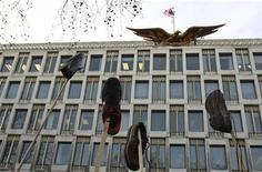 <p>Alcune scarpe appese per protesta all'esterno dell'ambasciata Usa a Londra REUTERS/Andrew Parsons</p>