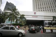 <p>Attentati Mumbai, preghiere e fiori per riapertura hotel Trident. REUTERS/Punit Paranjpe</p>