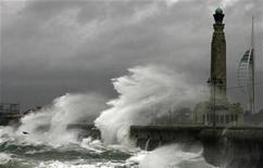 <p>Storm force winds batter Southsea seafront in Portsmouth, southern England November 10, 2008. REUTERS/Luke MacGregor</p>