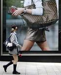 <p>Foto de archivo de una estudiante japonesa frente a una tienda de lujo de Tokio, 27 jun 2008. Los adolescentes que saltean el desayuno durante la escuela secundaria suelen tener relaciones sexuales desde más jóvenes que aquellos que comienzan el día con una buena alimentación, dijo el viernes un investigador japonés apoyado por el Gobierno. REUTERS/Yuriko Nakao/Files</p>