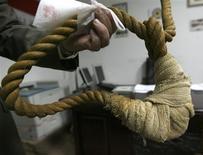 <p>Un trabajador muestra a periodistas una soga que será exhibida en un nuevo museo iraquí en Bagdad, 30 dic 2008. Al hombre que prepara el museo más nuevo de Irak no le gusta estar solo en su oficina, donde guarda narices ensangrentadas, un instrumento de tortura con aspecto medieval y cajas de documentos que relatan atrocidades cometidas durante el régimen de Saddam Hussein. REUTERS/Thaier al-Sudani</p>