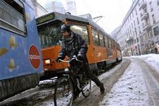 <p>Immagine d'archivio di un ciclista su uan strada innevata del centro di Milano. REUTERS/Loris Savino</p>