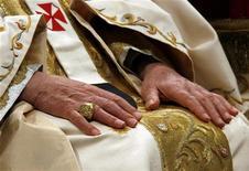 <p>Un particolare delle mani del Papa durante la celebrazione delle messa a San Pietro che segna la Giornata Mondiale della Pace. REUTERS/Giampiero Sposito (VATICAN)</p>