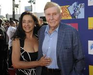 <p>Il presidente di Viacom Sumner Redstone e sua moglie Paula. REUTERS/Phil McCarten (UNITED STATES)</p>