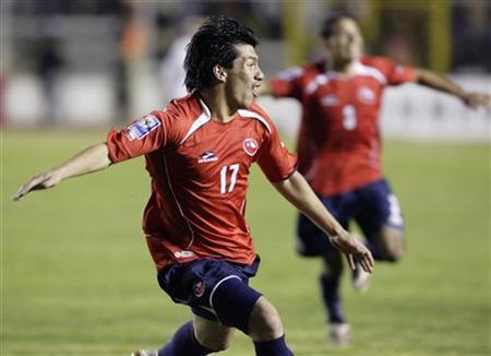 Chile defender Medel injured in car crash - Reuters
