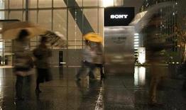 <p>Foto de archivo de personas frente de la sede central de Sony Corp en Tokio, en Japón, 9 dic 2008. El grupo de electrónica japonés Sony Corp anunciará probablemente el cierre de fábricas e importantes divisiones en Japón a comienzos del próximo mes, dijo el lunes el diario Times of London, pero la empresa negó que existiera un plan de ese tipo. REUTERS/Toru Hanai</p>