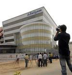 <p>Medios de comunicación graban las oficinas centrales de Satyam Computer en Hyderabad, India, 8 ene 2009. India se comprometió a fortalecer la legislación para prevenir que se repitan fraudes corporativos luego de que Satyam Computer, la cuarta mayor compañía de software del país, sorprendiera a los inversores al revelar que había inflado sus ganancias durante años. REUTERS/Krishnendu Halder (INDIA)</p>
