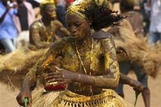 <p>Последователи вуду танцуют ритуальные танцы во время проведения ежегодного фестиваля вуду в Бенине, 10 января 2009 года Священники вуду из Бенина провели в субботу ритуалы жертвоприношения и воздали молитвы богам и предкам, чтобы положить конец израильско-палестинскому конфликту и другим войнам, которые сейчас проходят в Африке и на других континентах.REUTERS/Akintunde Akinleye (BENIN)</p>