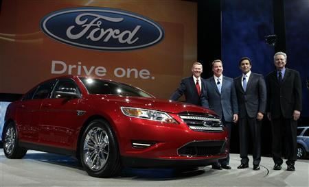 Ford Motor Co. Chief Executive and President Alan Mulally (L), Executive Chairman Bill Ford (2nd L), President of the Americas Mark Fields and Group Vice President of Product Development Derrick Kuzak (R) pose next to the 2010 Taurus sedan during press days at the North American International Auto Show in Detroit, Michigan, January 11, 2009. REUTERS/Rebecca Cook