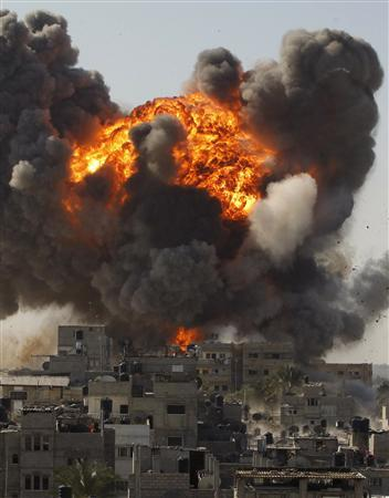 An explosion is seen after an Israeli air strike in Rafah in the southern Gaza Strip January 13, 2009. Israeli forces tightened their hold around the city of Gaza on Tuesday and Israel's top general said ''there is still work'' ahead against Hamas in an 18-day-old offensive that has killed more than 900 Palestinians. REUTERS/Ibraheem Abu Mustafa (GAZA)