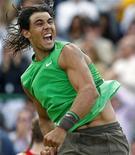 <p>Foto de arquivo do espanhol Rafael Nadal comemorando após derrotar o sérvio Novak Djokovic na final do campeonato Artois em Londres, junho de 2008.REUTERS/Alessia Pierdomenico</p>