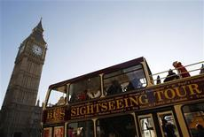 <p>Tourists on a sightseeing bus pass the Houses of Parliament, in London January 9, 2009. The pound plummeted to new lows against the euro and the dollar at the tail end of last year making Britain look good value for continental Europeans and Americans. REUTERS/Stephen Hird</p>