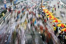 <p>Participants run during the 2009 Mumbai Marathon January 18, 2009. REUTERS/Arko Datta</p>