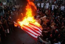 <p>Пакистанские исламистские партиии жгут американский флаг во время акции протеста против израильского вторжения в сектор Газа, 18 января 2009 года. Палестинские боевики в секторе Газа в воскресенье совершили несколько ракетных ударов по южному Израилю, не считаясь с односторонним прекращением огня, о котором Израиль объявил несколькими часами ранее, и которое Хамас, как он заявил, будет игнорировать. REUTERS/Mohsin Raza</p>