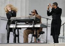 """<p>Shakira, Stevie Wonder y Usher presentan la canción """"Higher Ground"""" durante el evento en honor a Barack Obama """"We Are One: Opening Inaugural Celebration"""" en el monumento de Lincoln en Washington, 18 ene 2009. REUTERS/Kevin Lamarque Puede que pronto sea un secreto la música que el presidente electo, Barack Obama, lleva en el iPod, pero lo que el domingo pudo verse en un concierto en Washington fue que el nuevo ocupante de la Casa Blanca baila al ritmo de Stevie Wonder, Garth Brooks y Pete Seeger.</p>"""