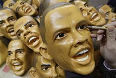<p>Un trabajador del japonés Ogawa Rubber pinta el ojo en una máscara del presidente electo de EEUU Barack Obama en Saitama, Japón, 19 ene 2009. Mientras los vendedores de recuerdos intentan capitalizar el interés generado por el presidente electo de Estados Unidos antes de su toma de posesión esta semana, una planta japonesa está fabricando máscaras con la cara de Obama para saciar una demanda sin precedentes. REUTERS/Yuriko Nakao (JAPON)</p>