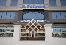 <p>Un empleado de Satyam ingresa a la sede de la empresa en Hyderabad, 21 ene 2009. El nuevo directorio de la empresa india de subcontrataciones Satyam Computer Services, golpeada por un gigantesco fraude financiero con sus ganancias, dijo el miércoles que pretende conseguir créditos de emergencia y que considera contratar a un banco para lograrlo. REUTERS/Krishnendu Halder</p>