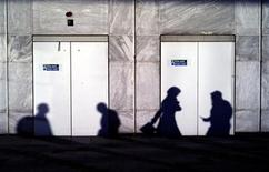 <p>Late afternoon autumn shadows are cast on a building wall in London's financial district Canary Wharf October 30, 2007. REUTERS/Kevin Coombs</p>