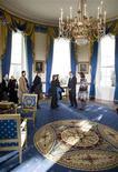 <p>Il presidente Usa Barack Obama con first lady, Michelle Obama, nella Sala Blu della Casa Bianca. REUTERS/Larry Downing</p>