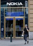 <p>Negozio Nokia a Helsinki, Finlandia. REUTERS/Bob Strong</p>