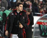 <p>Kaká chegando ao estádio para ficar no banco na partida contra o Hannover REUTERS/Christian Charisius (GERMANY)</p>