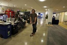 <p>Un empleado pasea sobre un monopatín de la empresa por los pasillos de las oficinas de Google en Nueva York, 10 mar 2008. La tecnológica estadounidense Google perdió el título de la mejor empresa para trabajar en manos de NetApp, dijo el jueves la revista Fortune. REUTERS/Erin Siegal</p>