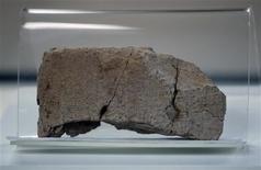 <p>Una tableta cuneiforme en exhibición en el museo Nacional de Lima, 23 ene 2009. Autoridades de Perú entregaron el viernes a representantes de Irak tres tablillas de arcilla con escrituras cuneiforme de unos 5.000 años de antiguedad, consideradas como patrimonio cultural del país arabe. REUTERS/Pilar Olivares(PERU)</p>