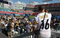 <p>Pittsburgh Steelers quarterback Charlie Batch films his teammates taking part in media day for the Super Bowl XLIII in Tampa, January 27, 2009. REUTERS/Scott Audette</p>