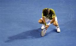 <p>Tenista espanhol Fernando Verdasco lamenta perda de ponto em jogo contra seu compatriota Rafael Nadal, pela semi-final do Aberto da Austrália, em Melbourne. REUTERS/Daniel Munoz (AUSTRALIA)</p>