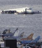 <p>Foto de archivo del amarizaje de un avión de U.S Airways en el río Hudson en Nueva York, 15 ene 2009. Primero fue el heroico amarizaje de un avión de pasajeros accidentado en el río Hudson en la ciudad de Nueva York. Ahora llegan los videojuegos. REUTERS/Gary Hershorn</p>