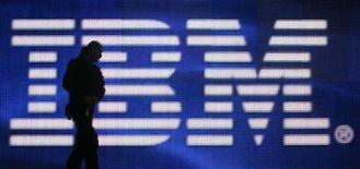 <p>Un trabajador frente de una pantalla gigante con el logo de IBM en Hanover, Alemania, 1 mar 2008. Siete meses después de presentar la supercomputadora más rápida del mundo IBM ha anunciado una aún más veloz, con una capacidad de procesamiento de 2 millones de computadoras portátiles. REUTERS/Hannibal Hanschke</p>