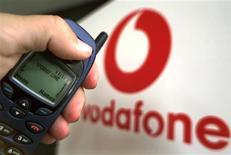 <p>A Vodafone, maior grupo de telefonia móvel em vendas do mundo, aumentou sua estimativa de desempenho anual nesta terça-feira devido a movimentos do câmbio favoráveis. REUTERS/John Pryke</p>