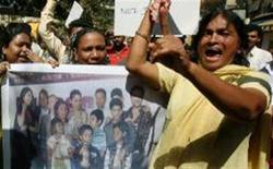 """<p>Moradores de favela de Mumabi protestam contra produtores do filme """"Quem quer seu um milionário?"""" Indianos consideraram o título do filme ofensivo e o retrato dos pobres injusto. REUTERS/Punit Paranjpe (INDIA)</p>"""
