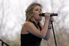 <p>Kelly Clarkson performs before the arrival of the Pope at the Papal Youth Rally at St. Joseph's Seminary in Yonkers, New York April 19, 2008. REUTERS/Erin Siegal</p>
