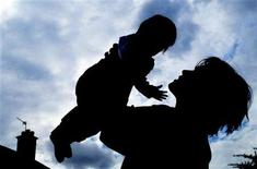 <p>An unidentified mother and her baby play at home in London April 26, 2001. REUTERS/Kieran Doherty</p>