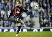 <p>David Beckham, do Milan, cruza a bola durante partida amistosa contra o Rangers em Glasgow, Escócia. Na quarta-feira o meia inglês, que está emprestado do Los Angeles Galaxy, manifestou desejo de seguir atuando pelo Milan.REUTERS/Russell Cheyne (BRITAIN)</p>
