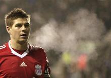 <p>Steven Gerrard, da seleção inglesa e do Liverpool, vai ficar de fora dos campos por três semanas devido a uma lesão na perna, informou o time inglês na quinta-feira. REUTERS/Darren Staples</p>