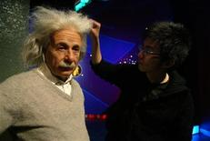 """<p>Foto de archivo de un artista arreglando el pelo de un modelo de cera de Albert Einstein en el museo Madame Tussaud's de Shanghái, China, 28 abr 2006. bert Einstein miró alrededor, hizo contacto visual y sonrió. El renombrado científico, muerto hace más de 50 años, """"reencarnó"""" esta semana en la forma de un robot denominado empático que empuja los límites del automatismo al ser capaz de interactuar con gente utilizando matices emocionales. REUTERS/ Aly Song</p>"""