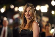 "<p>Cast member Jennifer Aniston poses at the premiere of the movie ""Marley & Me"" at the Mann Village theatre in Westwood, California December 11, 2008. REUTERS/Mario Anzuoni</p>"