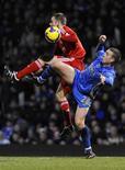 <p>Fernando Torres saiu do banco de reservas para marcar já nos acréscimos e de cabeça o gol da vitória do Liverpool, que virou o placar por duas vezes sobre o Portsmouth. Com o triunfo por 3 x 2, o time volta à liderança do Campeonato Inglês.</p>