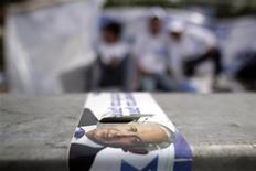 """<p>Члены предвыборной компании израильской партии """"Ликуд"""" , 9 февраля 2009 года Последние результаты израильских опросов общественного мнения свидетельствуют о том, что победитель парламентских выборов, которые состоятся во вторник, определится в упорной борьбе, хотя большинство экспертов прочат победу консервативной партии """"Ликуд"""" под руководством Биньямина Нетаньяху. REUTERS/Damir Sagolj (ISRAEL)</p>"""